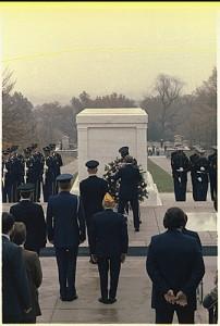 Jimmy Carter se recueillant devant la tombe du moteur de rendu inconnu