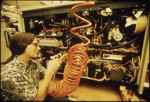 femme assemblant un ordinateur